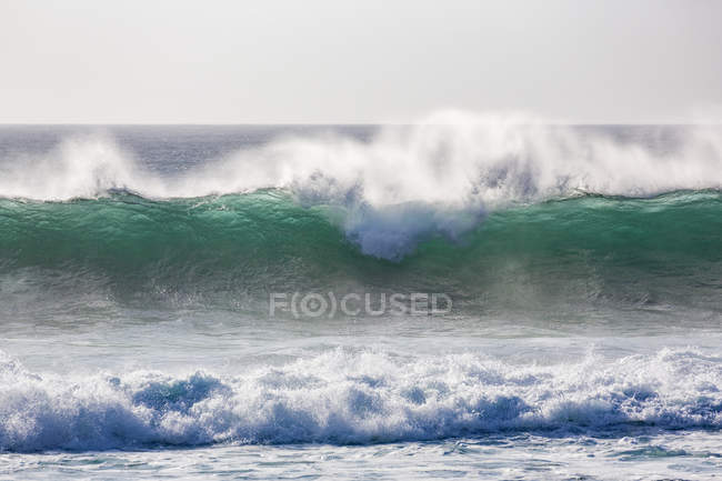 Dramatic waves splashing on coast — Stock Photo