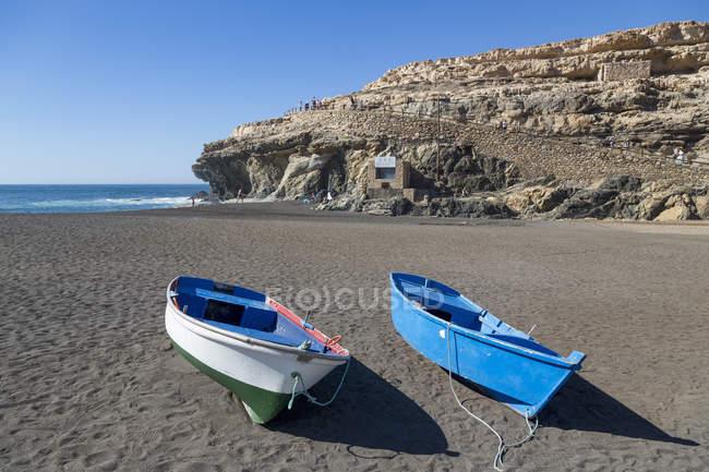 Рибацькі човники на Playa Ajuy — стокове фото