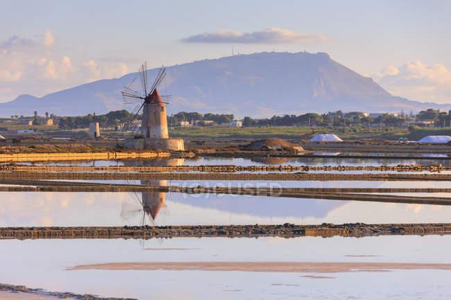 Moinho de vento em Salinas — Fotografia de Stock