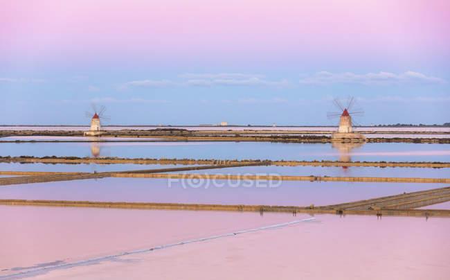 Moulins à vent et marais salants à l'aube — Photo de stock