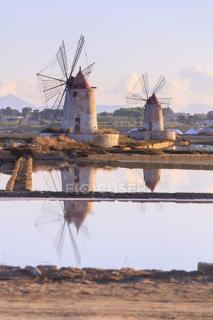 Ветряные мельницы и солончаки на рассвете — стоковое фото