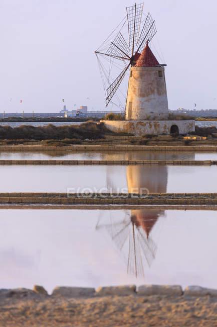 Moulin à vent reflétée dans les marais salants — Photo de stock