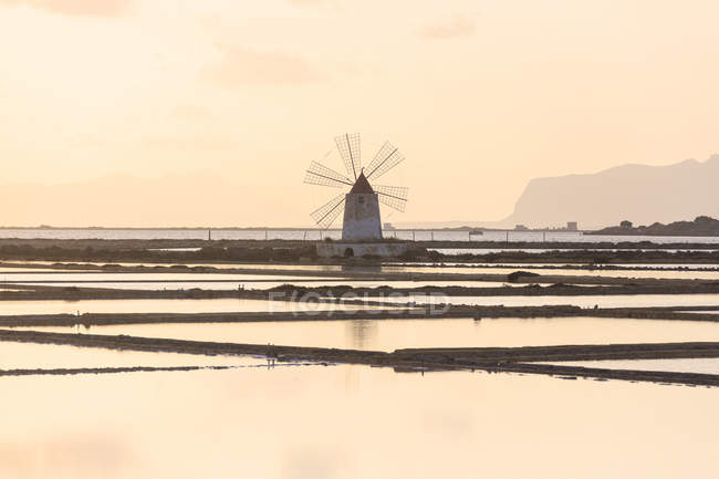 Moulin à vent en marais salants — Photo de stock