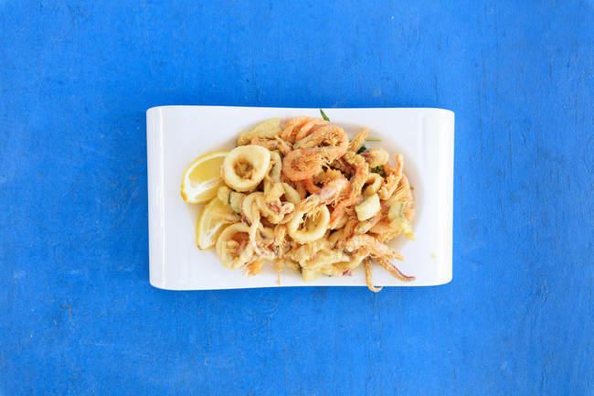 Gebratene Meeresfrüchte auf Platte — Stockfoto