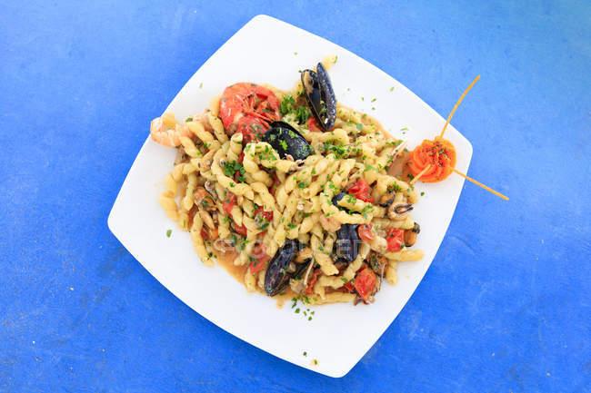 Макарони з морепродуктів на блюді — стокове фото