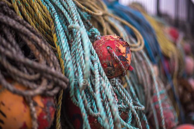 Старий буй і мотузки для човна — стокове фото