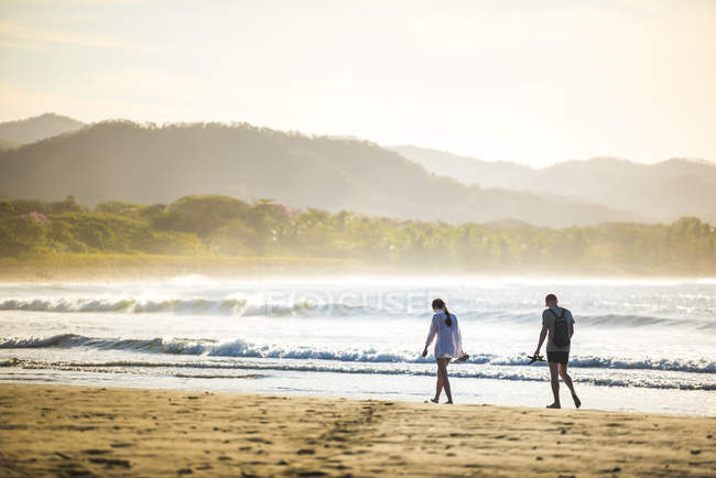Couple on Playa Buena Vista Beach at sunrise, Guanacaste Province, Costa Rica, Central America — Foto stock