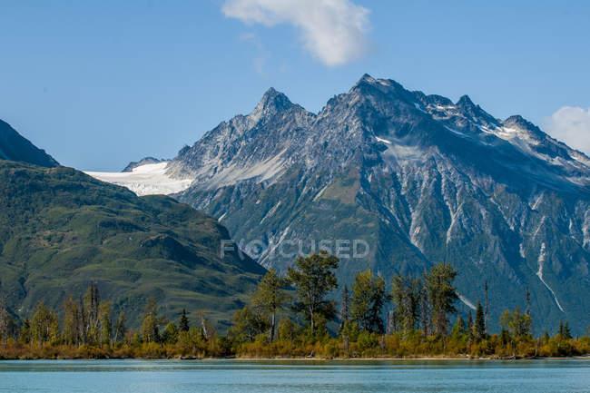 Півмісяця озеро з гори на фоні, озеро Кларк Національний парк і заповідник, Аляска, Сполучені Штати Америки, Північна Америка — стокове фото