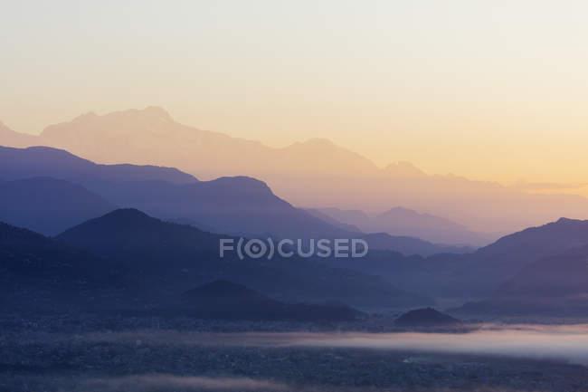 Silhuetas de montanhas ao nascer do sol, Pokhara, Nepal, Ásia — Fotografia de Stock