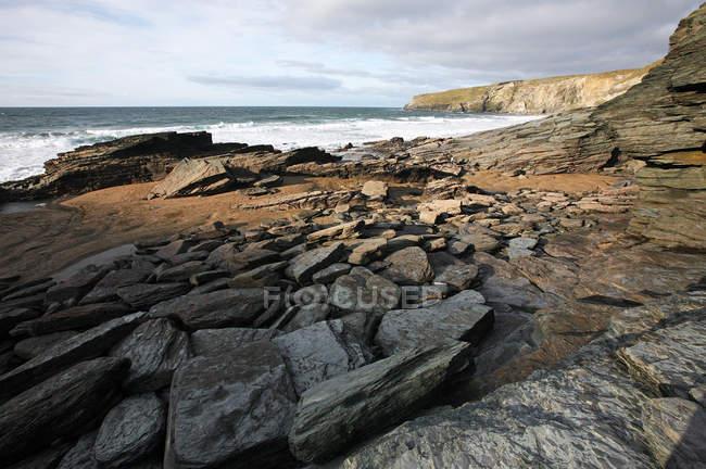 Felsenküste am Trebarwith Strand, Cornwall, England, Vereinigtes Königreich — Stockfoto