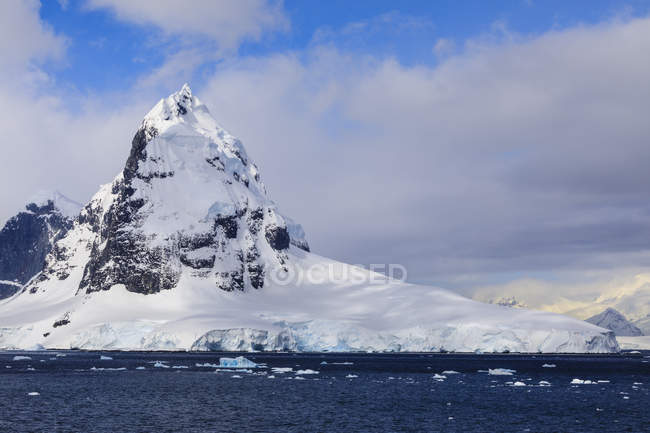 Mountains and glaciers of Cape Errera with blue sky, Wiencke Island, from Bismarck Strait, Antarctic Peninsula, Antarctica, Polar Regions — Stock Photo