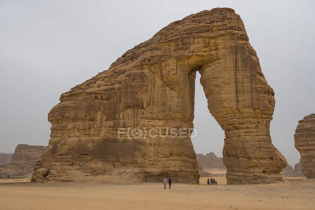 Turistas ao lado do gigante arco de pedra de elefante, Al Ula, Arábia Saudita, Oriente Médio — Fotografia de Stock