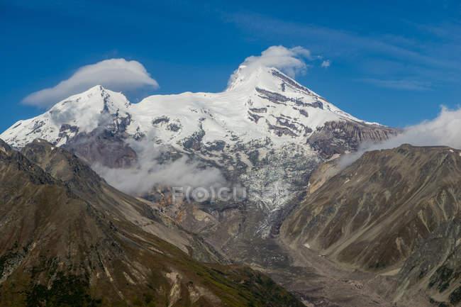 Monte Redoubt in nubi con cielo blu sullo sfondo, Lake Clark National Park e Preserve, Alaska, Stati Uniti d'America, Nord America — Foto stock