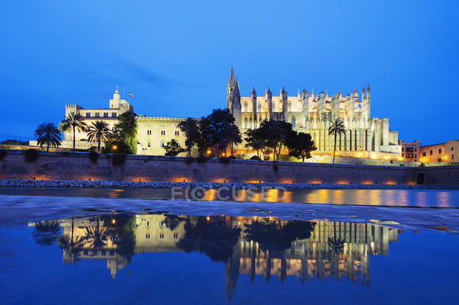 Illuminated La Seu Cathedral at night, Palma de Mallorca, Majorca, Balearic Islands, Spain — Stock Photo