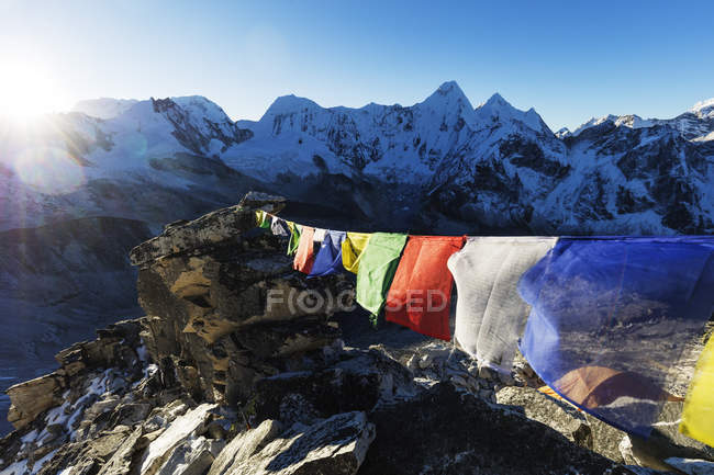 Drapeaux de prières sur l'Ama Dablam, Parc National de Sagarmatha, vallée du Khumbu, Népal, Himalaya, Asie — Photo de stock