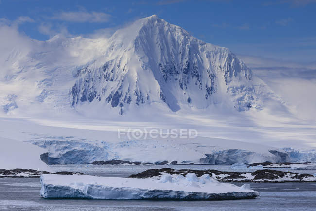 Misty Mount William with glaciers and icebergs at sunny weather, Anvers Island, Antarctic Peninsula, Antarctica, Polar Regions — Stock Photo