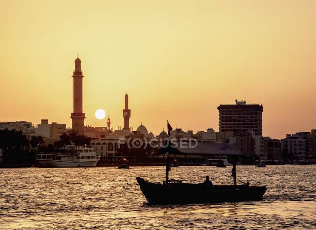 Barco do Abra no Dubai Creek no pôr do sol, Dubai, Emirados Árabes Unidos, Médio Oriente — Fotografia de Stock
