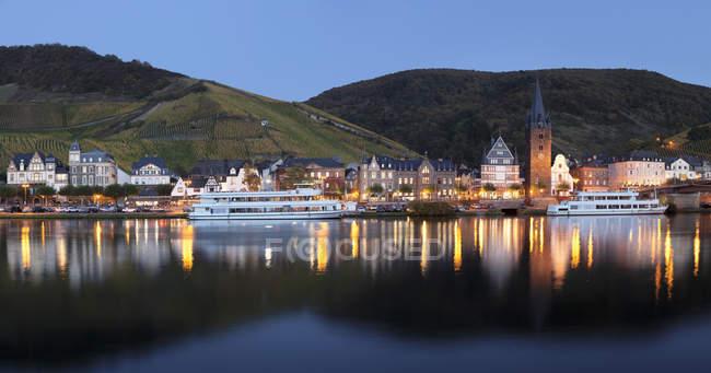 Bernkastel-Kues reflétée dans la rivière de la Moselle à la tombée de la nuit, Rhénanie-Palatinat, Allemagne, Europe — Photo de stock