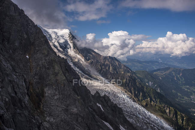Bossons Glacier under cloudy sky, Mont Blanc massif, Rhone Alpes, France, Europe — Foto stock