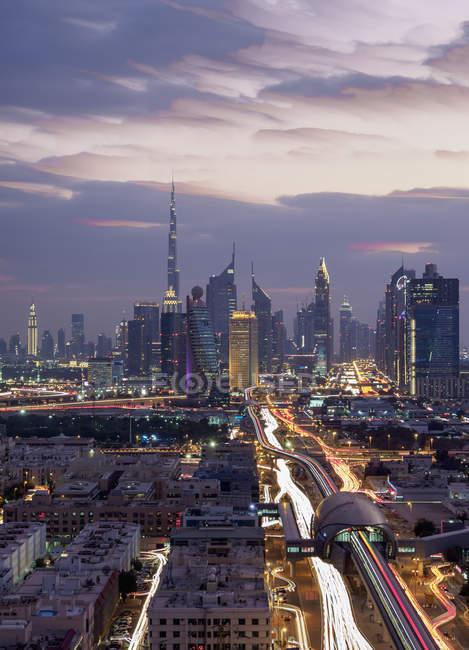 Iluminado zona financeira e da baixa no crepúsculo, Dubai, Emirados Árabes Unidos, Médio Oriente — Fotografia de Stock