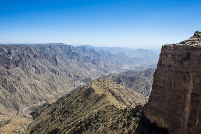 Montanhas rochosas e céu azul em torno de Habala, Abha, Arábia Saudita, Oriente Médio — Fotografia de Stock