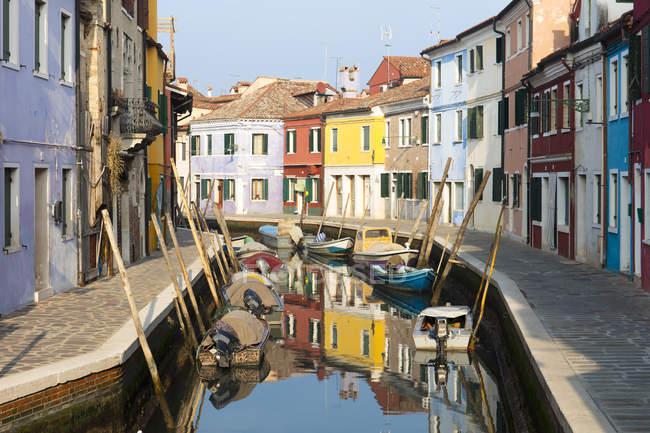 Les maisons colorées traditionnelles et bateaux à côté du canal, Burano, Venise, Vénétie, Italie — Photo de stock
