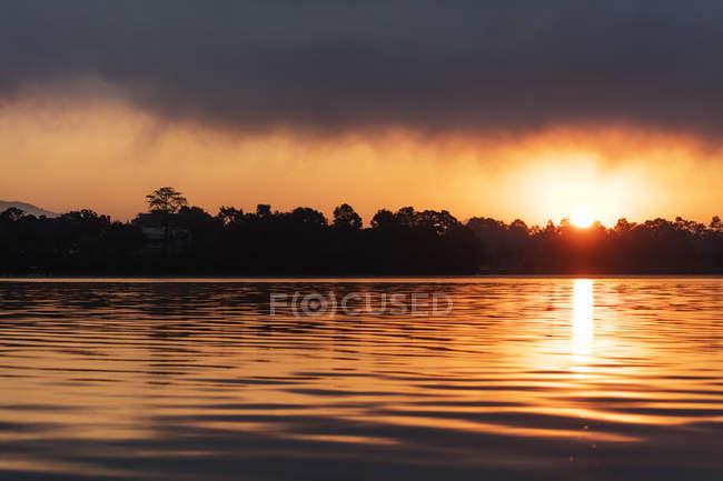 Nascer do sol no lago Phewa, vale de Pokara, Nepal, Pokhara, Ásia — Fotografia de Stock