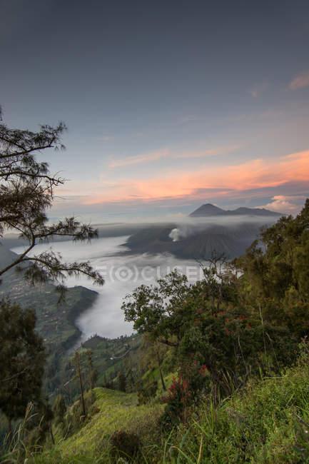 Mont Bromo et la côte au lever du soleil, est de Java, en Indonésie, l'Asie du sud-est, Asie — Photo de stock