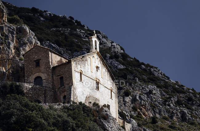 Antiguo monasterio de la montaña en acantilado, Ager, Cataluña, España - foto de stock