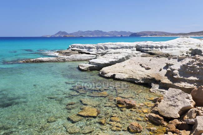Ясно бірюзове море і вулканічних гірських порід на Sarakiniko, Sarakiniko, Мілош, Кіклади, Егейське море, грецькі острови, Греція — стокове фото