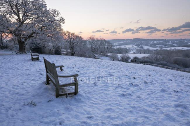 Bancos com vista para a neve cobriu paisagem High Weald ao nascer do sol, Burwash, East Sussex, Inglaterra, Reino Unido — Fotografia de Stock