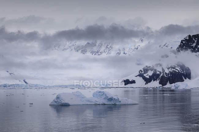 Nebel und Wolken über Berge, Gletscher und Eisberge der Antarktischen Halbinsel, Paradise Bay, Antarktis, Polarregionen — Stockfoto