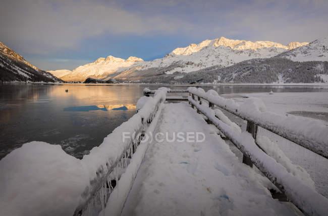 Walkway covered with snow, Lake Sils, Plaun da Lej, Maloja Region, Canton of Graubunden, Engadine, Switzerland — Stock Photo