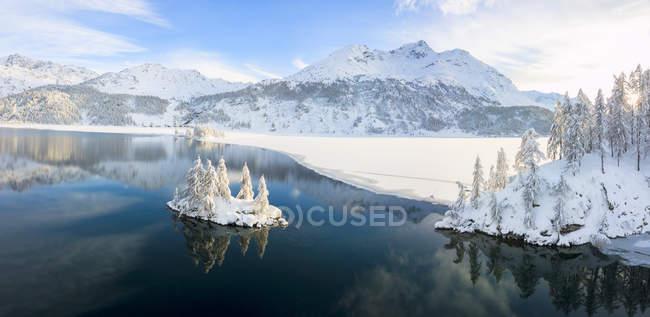 Lake Sils and Plaun da Lej during winter in sunshine, Maloja Region, Canton of Graubunden, Engadine, Switzerland — Stock Photo