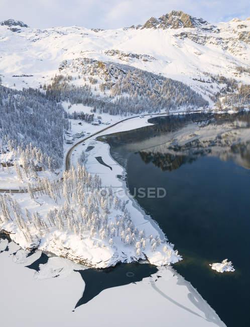 Road around frozen Lake Sils, Plaun da Lej, Maloja Region, Canton of Graubunden, Engadine, Switzerland — Stock Photo