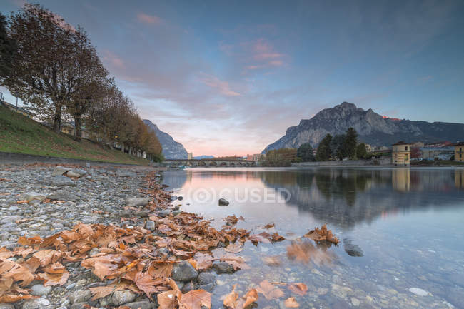 Sunrise on River Adda with mountains on background, Lecco, Lombardy, Italy — Stock Photo