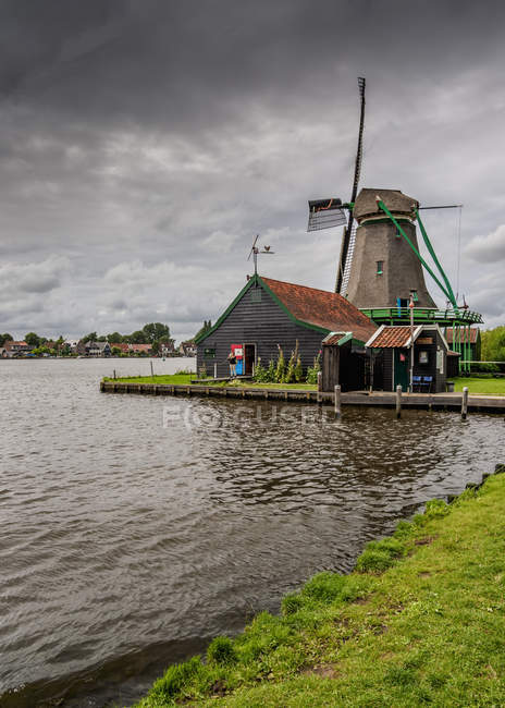 Традиционные ветряк в Зансе Сханс, Заандам, Северная Голландия, Нидерланды — стоковое фото