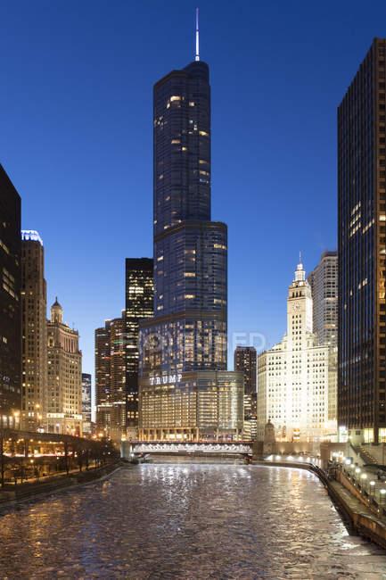 Trump Tower і The Wrigley будівлі в сутінках, з видом на заморожених річці Чикаго, Чикаго, Іллінойс, Сполучені Штати Америки, Північна Америка — стокове фото
