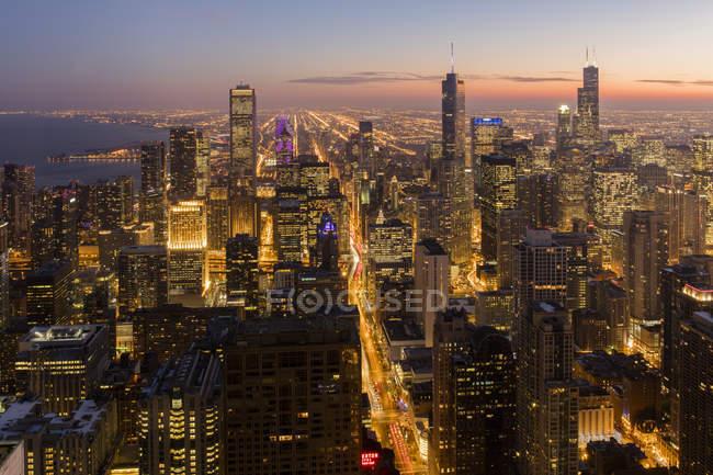 Chicago iluminada ao anoitecer com vista ao Willis e Trump Tower, Chicago, Illinois, Estados Unidos da América, América — Fotografia de Stock