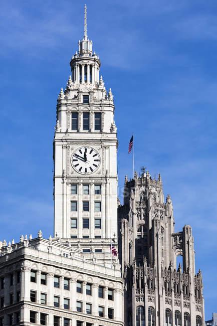 Башта годинника Wrigley будівлі з синього неба на фоні, Чикаго, Іллінойс, Сполучені Штати Америки, Північна Америка — стокове фото