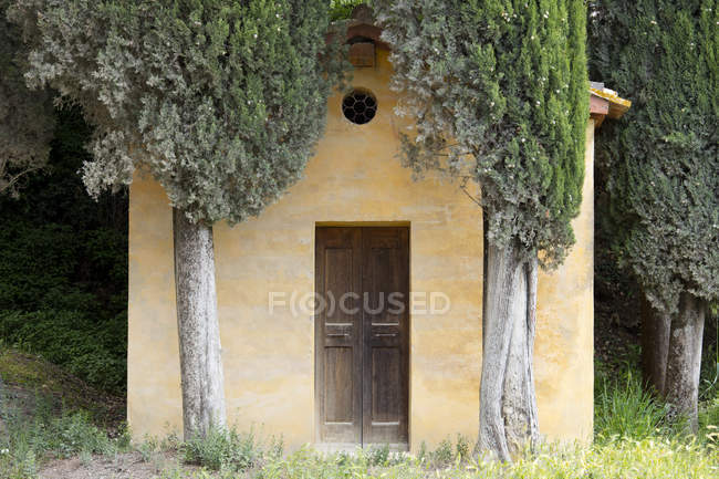 Small Tuscan chapel surrounded by Cypress trees — Stock Photo