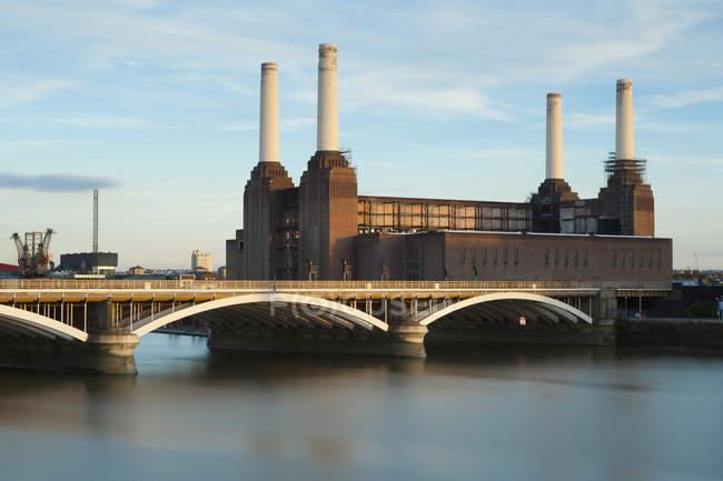 Esterno della Battersea Power Station e Battersea Bridge, Londra, Inghilterra, Regno Unito — Foto stock