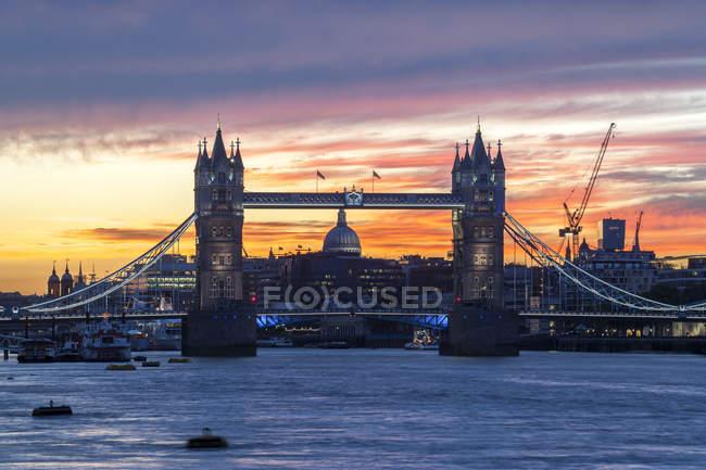 Tower Bridge com Saint Pauls Cathedral e o skyline da cidade sobre o Rio Tamisa, no pôr do sol, Londres, Inglaterra, Estados Unidos da América — Fotografia de Stock