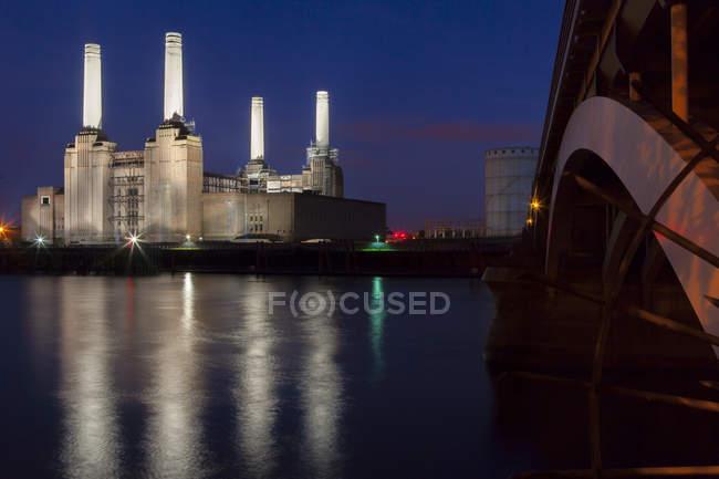 Battersea Power Station e ponticello di Battersea alla notte, Londra, Inghilterra, Regno Unito — Foto stock