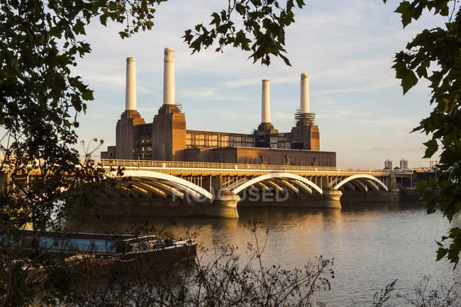 Außenseite der Battersea Power Station und Battersea Bridge, London, England, Vereinigtes Königreich — Stockfoto