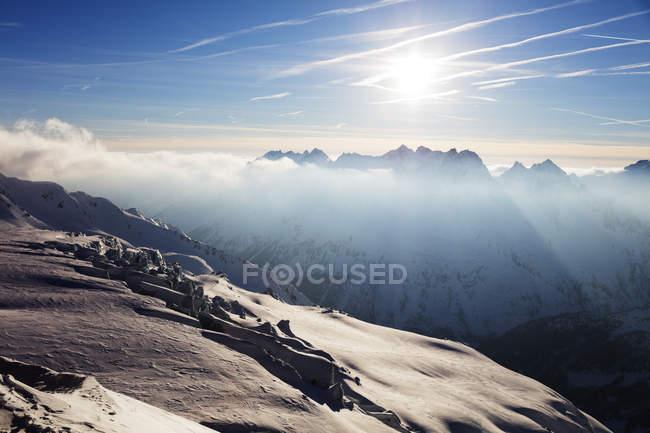 Ghiacciaio de Tour e Aiguilles Rouges in nuvoloso, luce solare, a Chamonix, Haute Savoie, Rhone Alpes, Alpi francesi, Francia — Foto stock