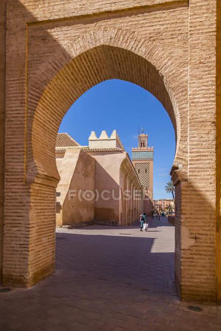 Vista de Moulay El Yazid Mesquita emoldurado por arco, Marraquexe, Marrocos, norte da África, África — Fotografia de Stock