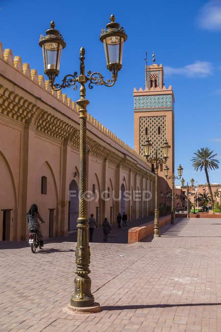 Poste de luz ornamentado ao lado de Moulay El Yazid mesquita, Marraquexe, Marrocos, norte da África, África — Fotografia de Stock