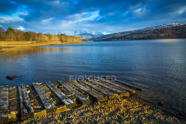 Passerelle en bois à Loch Eil près de Glenfinnan en hiver, Highlands, Ecosse, Royaume-Uni — Photo de stock