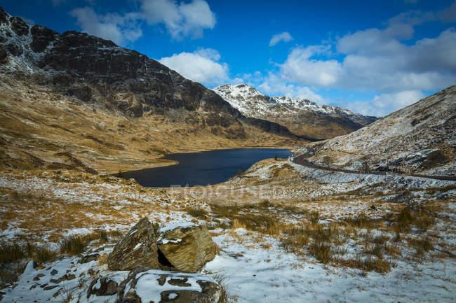 Route de Scottish Highland près du village de Arrochar en hiver dans le Loch Lomond et le Parc National des Trossachs, Stirling, Écosse, Royaume-Uni — Photo de stock